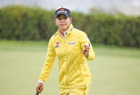 [포토-올포유-레노마] 버디 성공 후 갤러리에게 인사하는 김지현