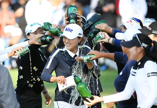 [포토-하이트진로 챔피언십] 우승 축하 맥주 세례를 받는 고진영